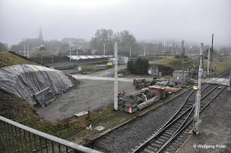 Photo: Blick von der Hängebrücke über den U-14-Gleisen auf die Wolff & Müller-Baustelle zwischen den Sprudlern. Links im Nebel die Berger Kirche