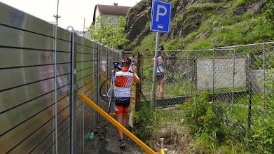 Photo: Umtragen, mit Radschuhen in dem Gelände nicht einfach.
