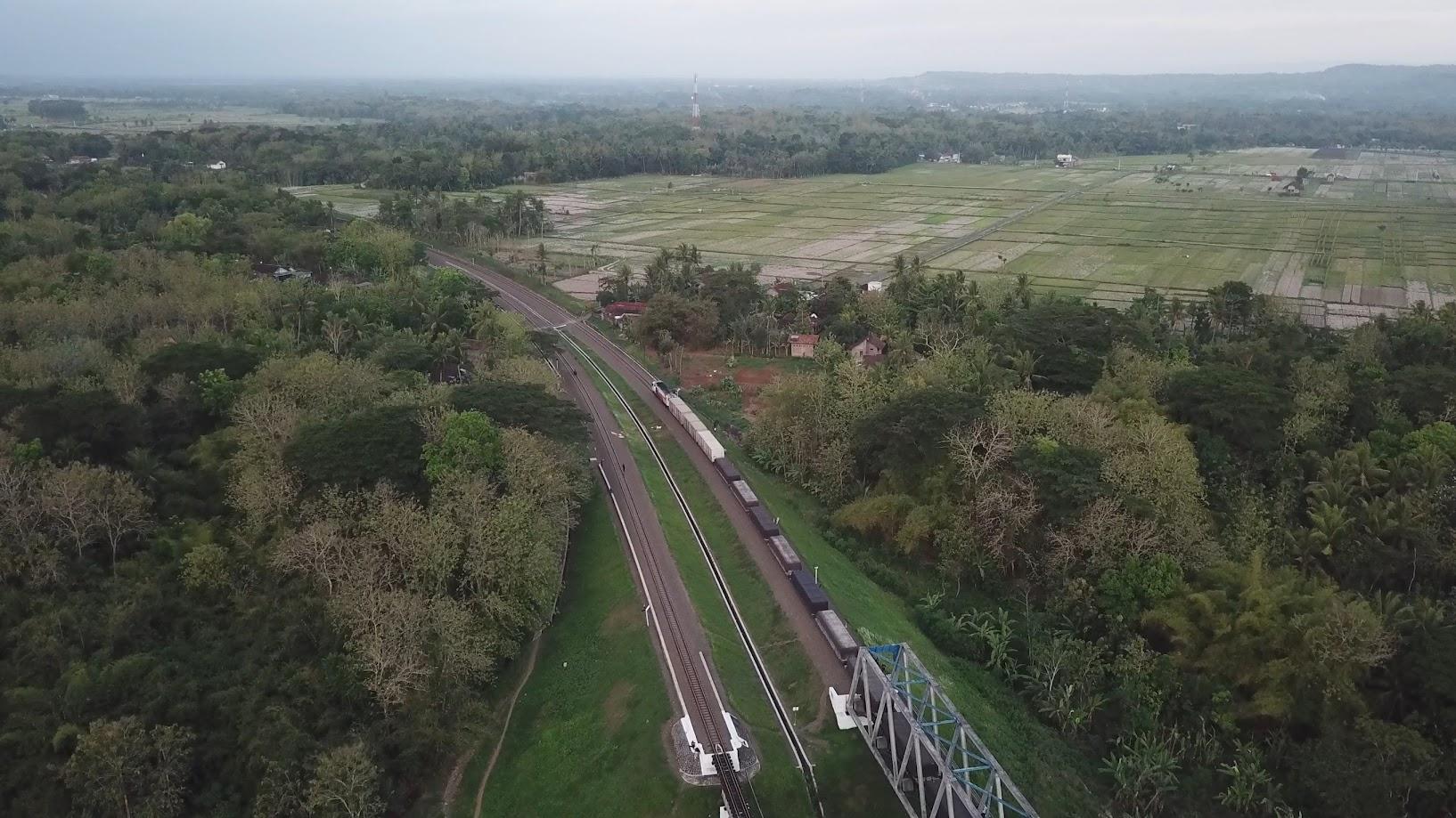 Kereta Api melewati jembatan mbeling