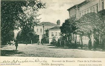 Photo: 19. Општинската зграда – хукумат 1908 година сликана кон запад. Во заднината се гледа куќата на гувернерот која беше адаптирана во резиденција за султанот Решат V при неговата посета на Битола, во јуни 1911 година.