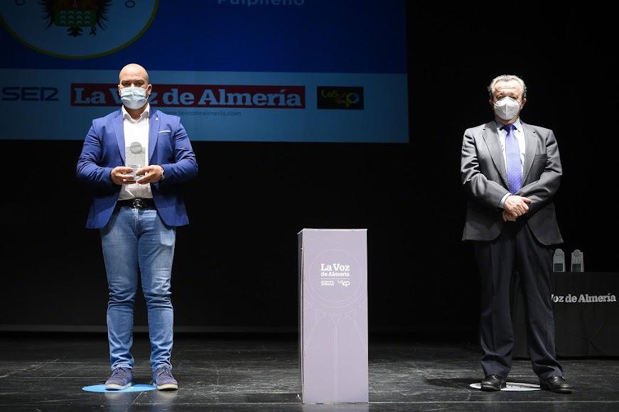 El Club Atlético Pulpileño recibe el Premio Deportes. Lo ha recogido Mariano Muñoz Coronado, su presidente.