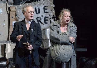 Photo: WIEN/ BURGTHEATER: MUTTER COURAGE UND IHRE KINDER von Berthold Brecht. Inszenierung David Boesch. Premiere 8.11.2013,  Falk Rockstroh, Tilo Nest. Foto: Barbara Zeininger