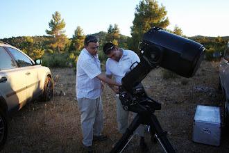 Photo: Juanjo Picón y Ángel. Preparando el telescopio para la noche.