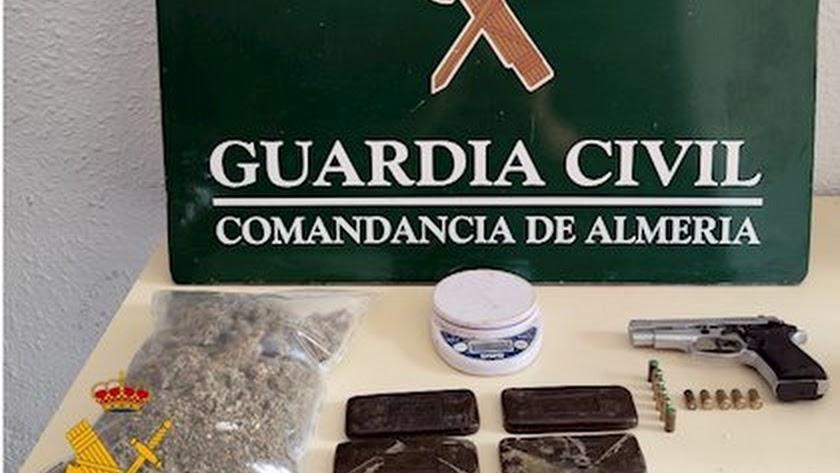 Droga y armas encontradas por la Guardia Civil.