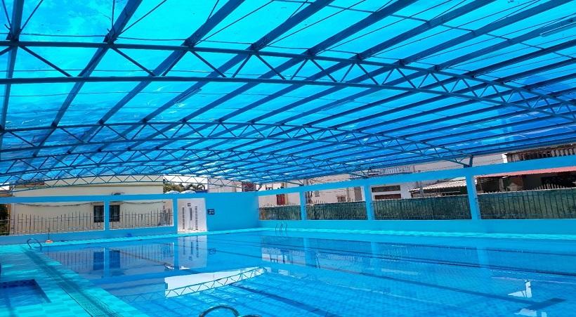 Tấm lợp nhựa được sử dụng phổ biến rộng rãi để làm mái che cho bể bơi, sân vận động