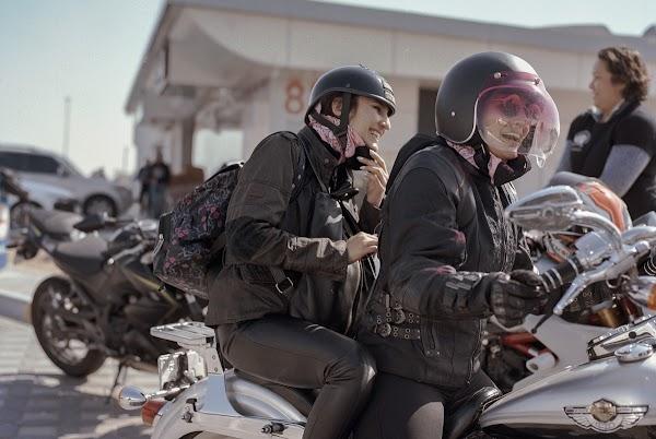 Mujeres juntas al lado de la carretera.
