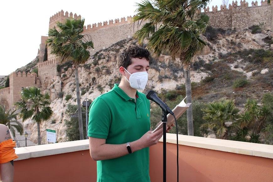 Gonzalo Egea leyendo un relato en representación de Jerónimo Gasteiz.