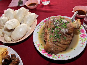 Photo: Yunnanese stewed skin-on pork leg and steamed buns