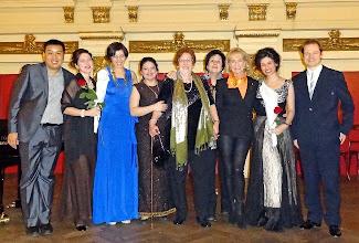"""Photo: Schlussapplaus nach der Buchpräsentation """"ORATORIUM VON TOD UND LEBEN"""" im Januar 2013 im Ehrbar-Saal. Elsa Kastela Kreihsl im Kreise ihrer Schülerinnen, rechts von ihr Dagmar Koller, die Ehrengast des Abends war."""