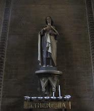 """Photo: Beeld achter in de kerk van Theresia van Lisieux, kloosternaam: Thérèse de l'Enfant-Jésus et de la Sainte-Face (Alençon, 2 januari 1873 – Lisieux, 30 september 1897). Zijis een Franse heilige. Haar feestdag valt op 1 oktober.  Ze werd als Thérèse Martin geboren in Alençon als dochter van de op 19 oktober 2008 zalig verklaarde Louis Martin en Marie-Azélie Guérin. Op haar tiende werd ze ernstig ziek totdat het Mariabeeld op 13 mei boven haar bed naar haar glimlachte, waarna ze volledig genas.  Op 29 april 1923 werd Theresia zalig verklaard. Haar heiligverklaring volgde op 17 mei 1925. In 1997 werd Theresia, als derde vrouw in de geschiedenis, door paus Johannes Paulus II tot kerkleraar uitgeroepen.   Statue of Saint Thérèse of Lisieux (January 2, 1873 – September 30, 1897), or Saint Thérèse of the Child Jesus and the Holy Face. Born Marie-Françoise-Thérèse Martin; she was a French Carmelite nun.  She has been a highly influential model of sanctity for Roman Catholics, and for others because of the """"simplicity and practicality of her approach to the spiritual life."""" Together with St. Francis of Assisi, she is one of the most popular saints in the history of the church. Pope Pius X called her """"the greatest saint of modern times."""""""