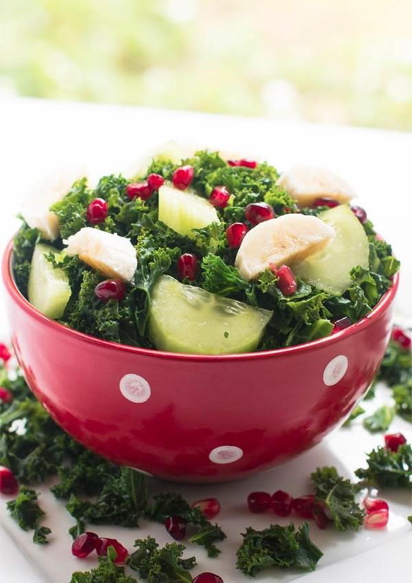 Maak deze gezonde boerenkoolsalade met komkommer en granaatappel als lunch.