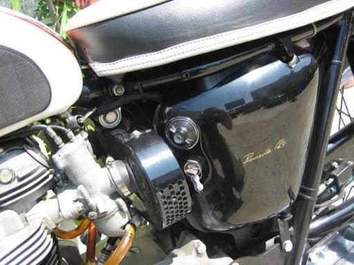 Côté filtre à air sur une Triumph Bonneville de 1966 restaurée par Machines et Moteurs