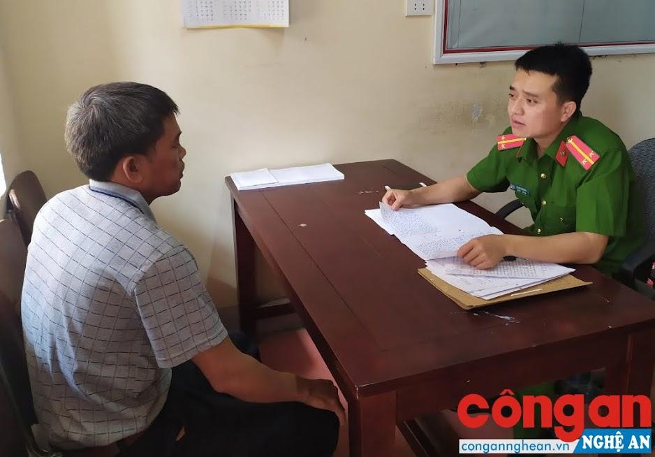 Cán bộ Công an huyện Quế Phong lấy lời khai của đối tượng trong 1 vụ án