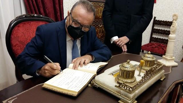 En el salón de los Cristales del Santuario, De la Cruz firmó en el Libro de Oro.