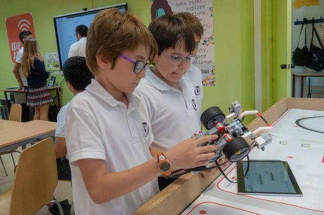 Alumnos trabajando con dispositivos tecnológicos en aulas del SEK