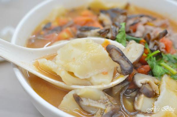 正宗新疆麵食館,番茄牛肉揪麵片、蔥油餅也太好吃了,非常實在又美味!