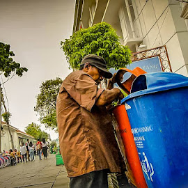 Keep Survive  by Just Vnz - People Street & Candids ( portraits, oldman, man, portrait, people, human, human interest, street photography )