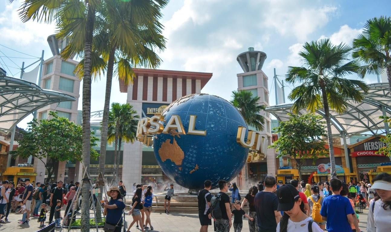 Bola dunia Universal Studio menjadi lokasi populer untuk berfoto
