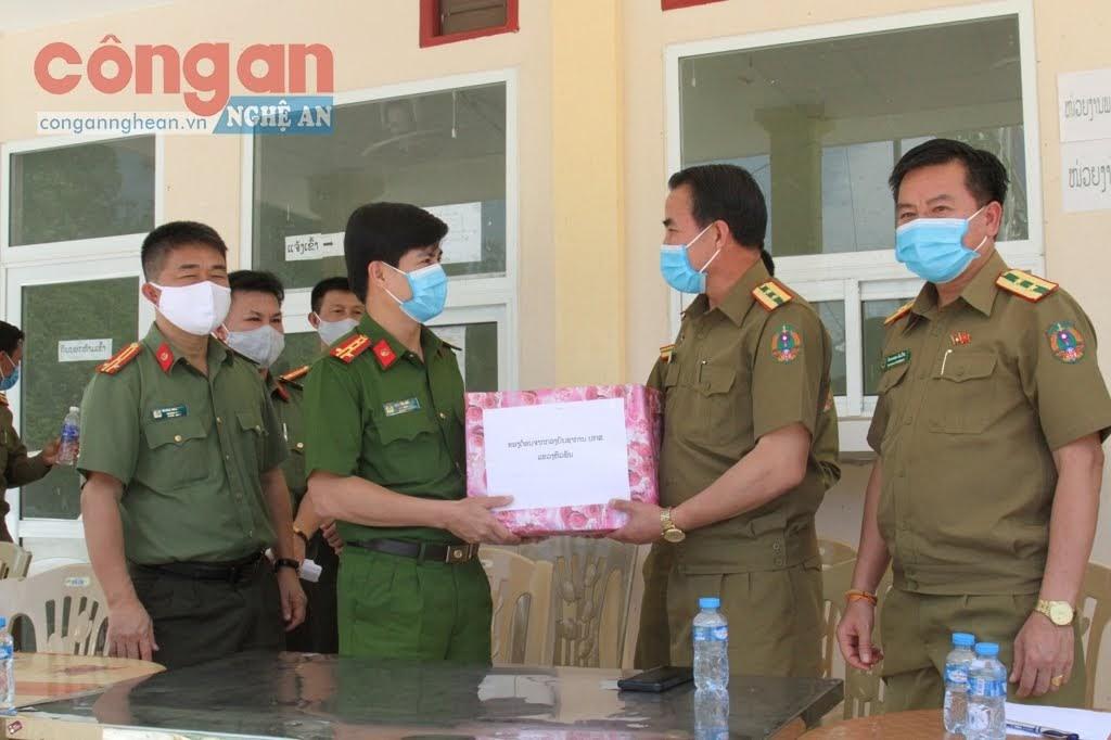 Công an tỉnh Hủa Phăn tặng quà kỷ niệm cho Công an tỉnh Nghệ An.