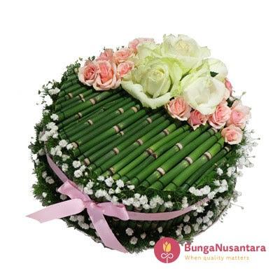 Tren Kue Ulang Tahun Dalam Sebuah Rangkaian Bunga Bunga Papan Jakarta