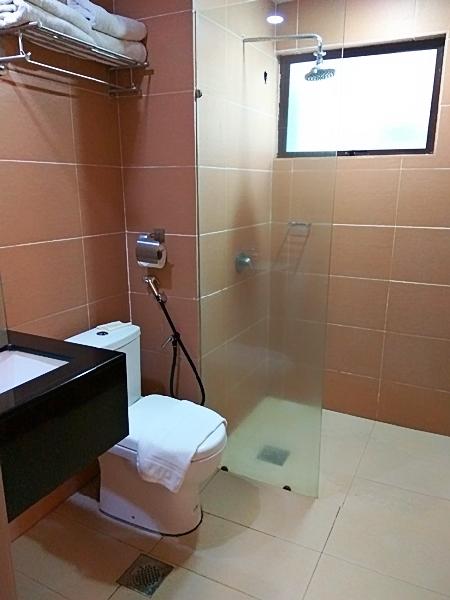 Bilik mandi yang bersih ada air panas dan air sejuk