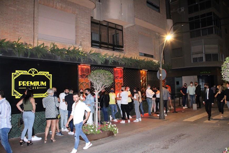 Colas de almerienses y visitantes esperando su turno para entrar en el pub Premium Black.