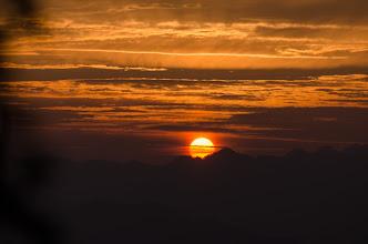 Photo: 石鎚山登山開始時の日の出 まさか朝日まで見えるとは!朝日が見える気がして出発したらすぐに見えました。(^^) この日の成果は明日アップしますね。もう睡魔で持ちません。m(__)m #sunrise http://chocoseto.blogspot.jp/2014/07/blog-post_29.html