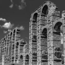 acueducto romano de Mérida by -. Phooneenix .- - Black & White Buildings & Architecture