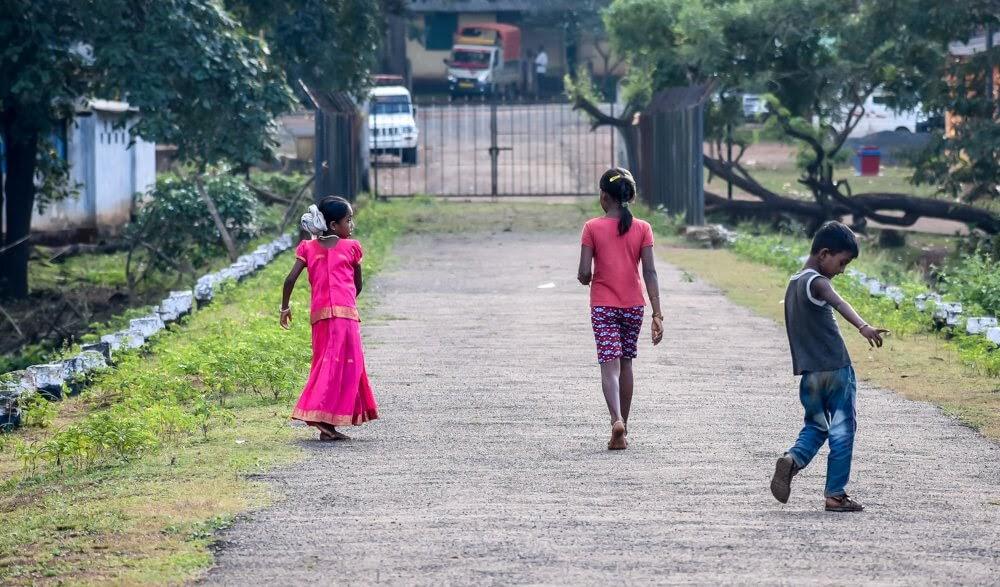 children playing+near+backwaters+Dandeli+jungle sightseeing in dandeli