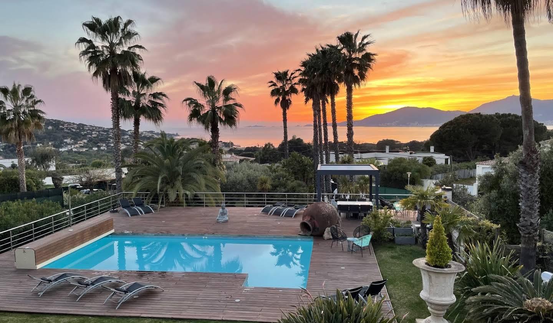 Propriété avec piscine en bord de mer Porticcio