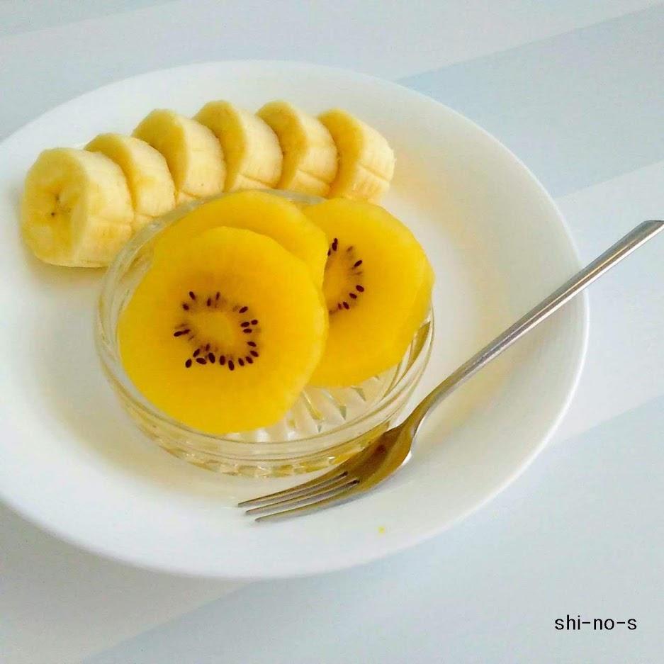 お皿にバナナとキュウイ