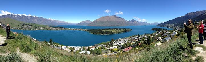 Photo: Matkaseuruettamme kuvaamassa innokkaasti Wakatipu-järveä (huomaa, että voit katsoa kuvaa suurempana painamalla suurennuslasin kuvaa valikkorivillä)