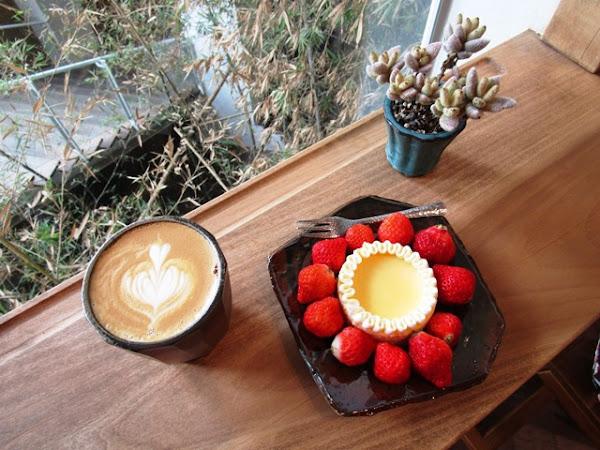 隱藏在白色建築體的咖啡秘境~藍豆.Cafe