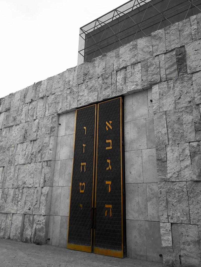 Sinagoga Ohel Jakob, Monaco di Elisacaso