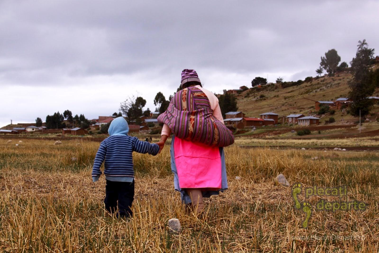 Mama peruana si copii, in Laquina Chico pe malul Lacului Titicaca, la 4000m