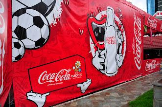 """Photo: Ulan Bator - entre les deux géants russe et chinois, les USA tentent de s'imposer comme le """"troisième voisin"""" ; sous cette tente, installée en plein centre ville, un écran géant et des tables, pour assister à l'Euro 2012 !"""