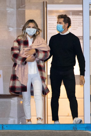 David Bisbal y Rosanna Zanetti abandonan el hospital con su hija Bianca.