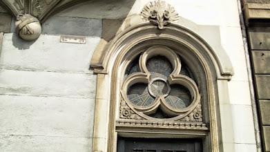 Photo: Oberer Teil des Eingangsportals am Haus Wehringhauser Straße 34 mit beachtlichem Glasschmuck.