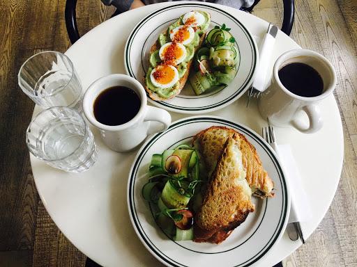 餐點很棒,雖然餐點選擇性少,但是反而能將食物做得很美味。 法國麵包很酥脆,口感佳,味道很棒;咖啡香醇。 PS.低消一杯飲品
