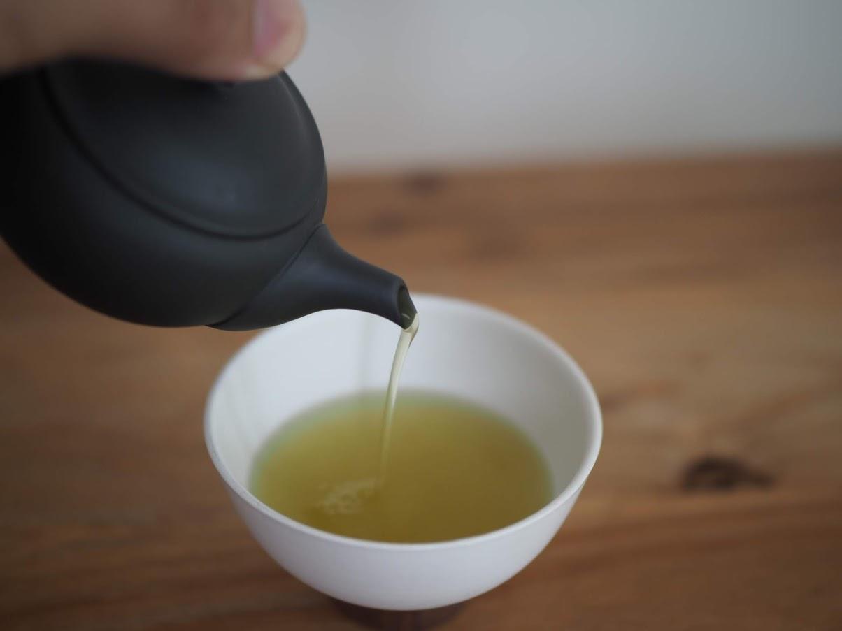 お茶を湯呑に注ぐ