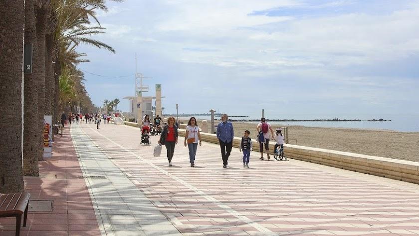 Imagen del Paseo Marítimo de Almería antes de que fueran obligatorias las mascarillas.