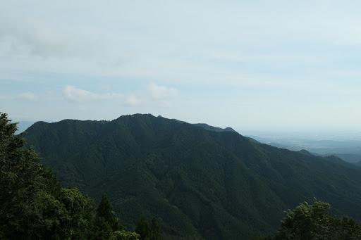 716mピーク、奥に僅かに矢頭山