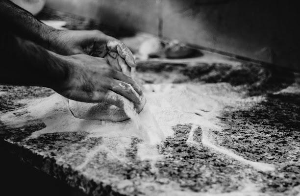 pizza in preparazione  di federica ambrogio