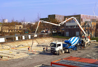 Photo: 27 mars 2017 - Après les travaux de terrassement, place au coulage du béton des fondations.