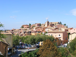 Photo: We move along to Roussillon, located high on a hill between the Coulon valley and the Vaucluse plateau. The ocher rock in the region gives its colors to the village buildings.