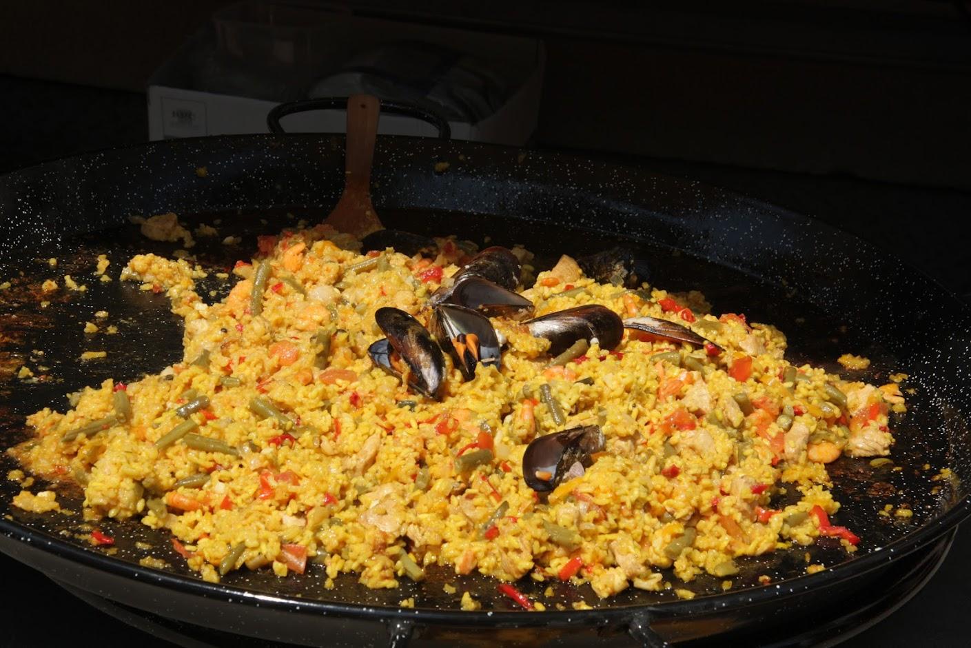 Eine große Pfanne Paela vorm La Cantina