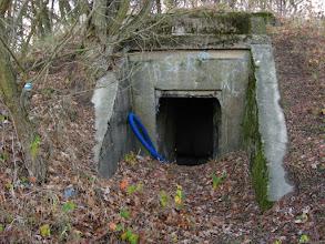 Photo: Na terenie kirkut Niemcy wybudowali (nieprzypadkowo) w okresie II Wojny Światowej bunkier bierny, który był częścią fortyfikacji polowej niemieckiej obrony. Obiekt miał 46 m2 i mógł pomieścić 25 członków załogi, w co nie chce mi się do końca wierzyć.