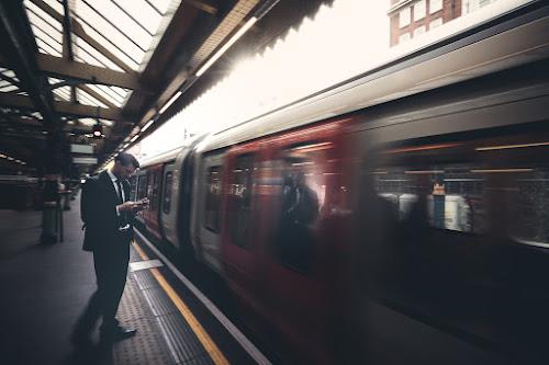 Riflesso sulla metropolitana di Londra. di Alessi Girlando