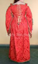 Photo: Vestido Medieval em brocado vermelho e dourado com mangas diferenciadas e corset embutido no vestido.    Site: http://www.josetteblanchard.com/  Facebook: https://www.facebook.com/JosetteBlanchardCorsets/  Email: josetteblanchardcorsets@gmail.com josetteblanchardcorsets@hotmail.com