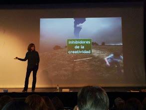 Photo: Carmen Garrido hablando de los Inhibidores de la creatividad